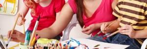 Kinder spielen mit der Erzieherin im Kindergarten Foto: fotalia.de