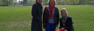Von links nach rechts: Ingrid Hack, Svenja Schulze, Lisa Steinmann. Im Hintergrund ist das Justizgebäude zu sehen.
