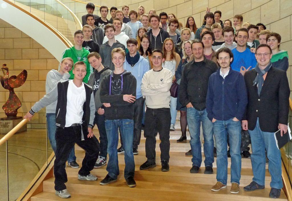 Gruppenaufnahme von Schülerinnen und Schülern des Hansa Gymnasiums Köln im Landtag NRW gemeinsam mit dem Kölner Landtagsabgeordneten Martin Börschel am 3. Juni 2013