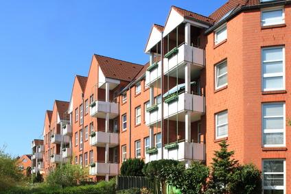 Ansicht einer Häuserfront in 4-geschossiger Bausweise. Köln braucht mehr bezahlbaren Wohnraum.
