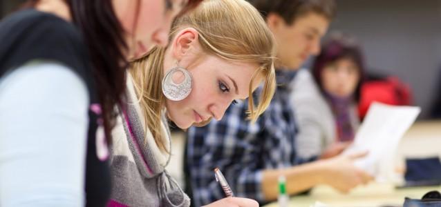Eine Reihe von Studentinnen und Studenten sind in ihre Unterlagen vertieft und arbeiten konzentriert. Sie können wieder ohne hohe Gebühren studieren.(Foto:fotalia)