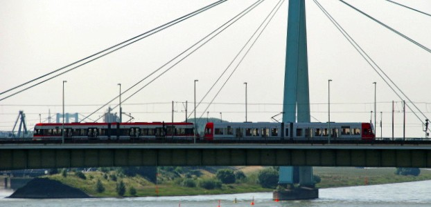 KVB Straßenbahn auf einer Rheinbrücke