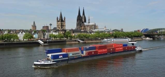 Containerschiff vor Dom Foto: Jania