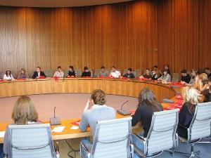 Schülerinnen und Schüler des Hansa-Gymnasiums Köln in einer Plenardebatte