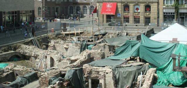 Blick auf die derzeitige Ausgrabung. Sie ist ein Teil der Archäologischen Zone. An dieser Stelle soll einmal das Haus und Museum der jüdischen Kultur entstehen. (Foto: Risse)